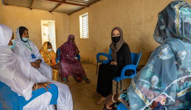 Η Αντζελίνα Τζολί επισκέφθηκε καταυλισμό προσφύγων
