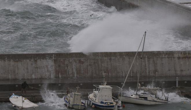 Πελώρια κύματα στο λιμάνι της Ραφήνας