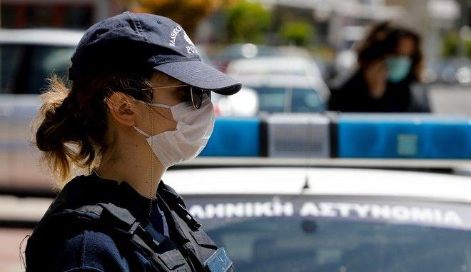 Γυναίκα αστυνομικός με μάσκα.