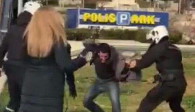 Επεισόδια μεταξύ της αστυνομίας και πολιτών στην Πλατεία της Ν.Σμύρνης, όταν πολίτες διαμαρτυρήθηκαν για την επιβολή προστίμου μετακίνησης σε οικογένεια που καθόταν στην πλατεία