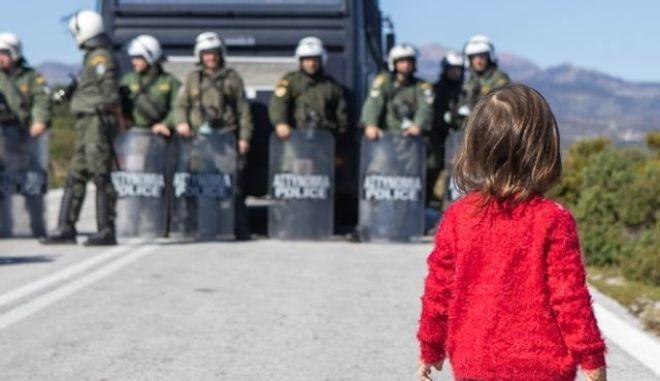 Μια εικόνα, χίλιες λέξεις - Η συγκλονιστική φωτογραφία από τη Λέσβο που έγινε σύμβολο