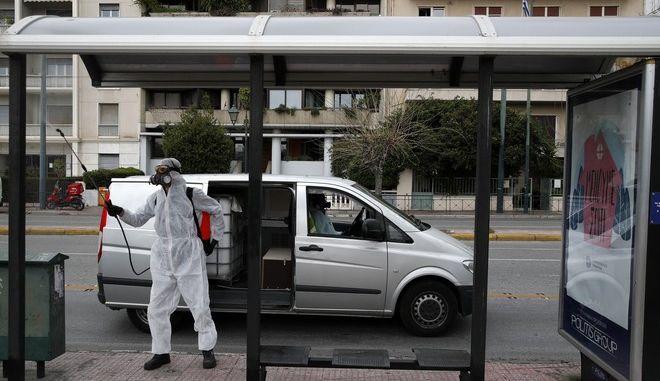 Απολύμανση σε στάση λεωφορείου στην Αθήνα λόγω κορονοϊού