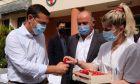 Ο Πρόεδρος του ΣΥΡΙΖΑ-ΠΣ, Αλέξης Τσίπρας, με μέλη του προσωπικού στο νοσοκομείο Λαϊκό