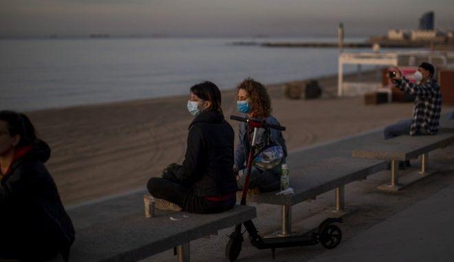 Άνθρωποι σε παραλία της Βαρκελώνης