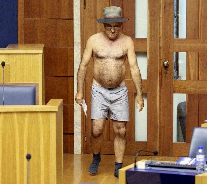 Πορτογαλία: Βουλευτής πέταξε τα ρούχα του για να διαμαρτυρηθεί για την μείωση του μισθού του