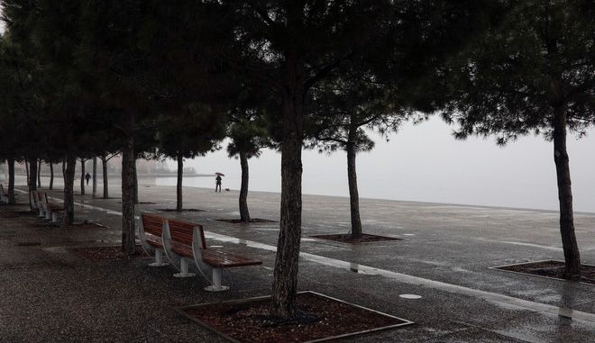 Foggy landscape at the seafront promenade of Thessaloniki, Greece on February 26, 2017. /      , 26  2017.