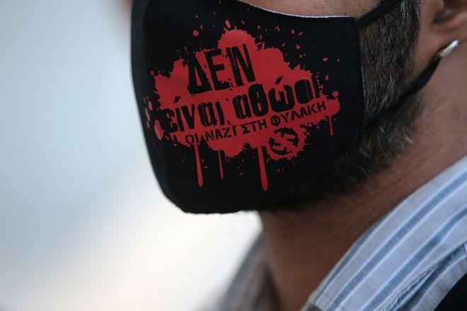 Άντρας φορά μάσκα που γράφει