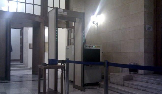 Ακόμα πιο αυστηρά μέτρα ασφαλείας για τα δέματα στη Βουλή