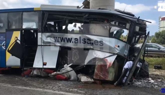 Λεωφορείο σφηνώθηκε σε υποστύλωμα γέφυρας