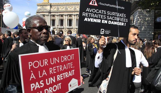 Δικηγόροι στους δρόμους του Παρισιού κατά της μεταρρύθμισης του συνταξιοδοτικού