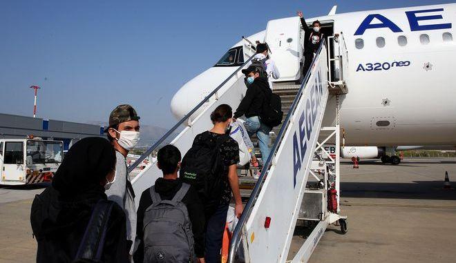 Οι ασυνόδευτοι πρόσφυγες μπαίνουν στο αεροπλάνο