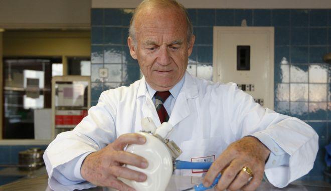 Αυτόνομη τεχνητή καρδιά χτυπά στο στήθος ενός 75χρονου
