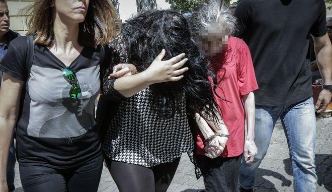 Η 19χρονη και η 54χρονη μητέρα της οδηγούνται, την Δευτέρα 14 Μαΐου 2018, από αστυνομικούς για να απολογηθούν σε ανακριτή και εισαγγελέα για την υπόθεση του νεκρού βρέφους που βρέθηκε σε έναν κάδο σκουπιδιών στην Πετρούπολη στα τέλη του περασμένου Φεβρουαρίου.