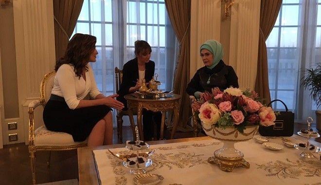 Στιγμιότυπο από την συνάντηση της Μπέττυ Μπαζιάνα με την Εμινέ Ερντογάν