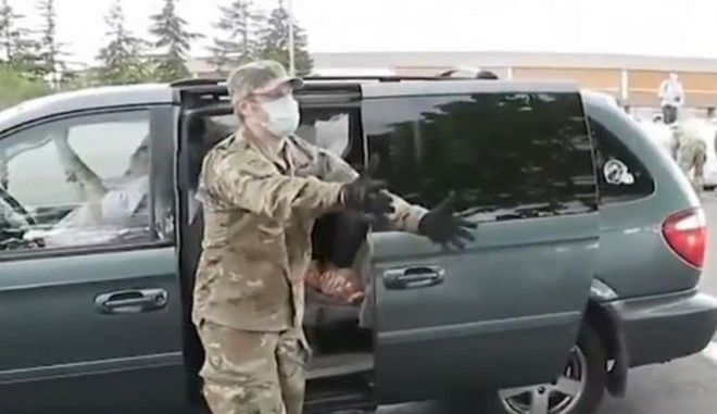Ο στρατός βοήθησε στη δωρεάν διανομή πατάτας