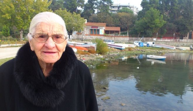 """Μαρτυρία 96χρονης που έζησε τη Σμύρνη να καίγεται: """"Ο κόσμος έτρεχε στα πλοία να σωθεί. Τους έκοβαν τα χέρια και έπεφταν στη θάλασσα"""""""