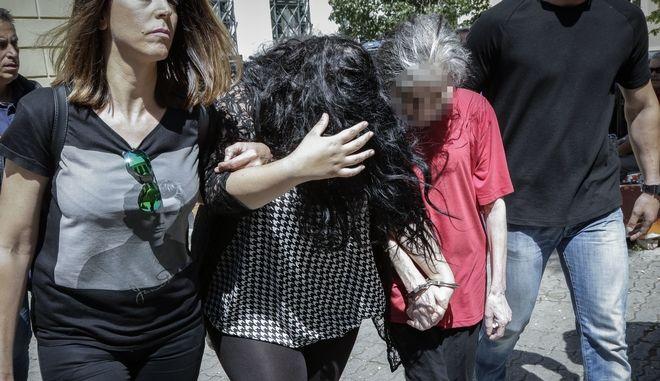 Η 19χρονη και η 54χρονη μητέρα της οδηγούνται από αστυνομικούς για να απολογηθούν σε ανακριτή και εισαγγελέα