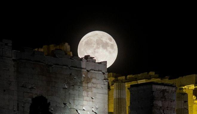 Ανατολή της Πανσελήνου από τον λόφο του Φιλοπάππου στην Αθήνα την Πέμπτη 15 Αυγούστου 2019