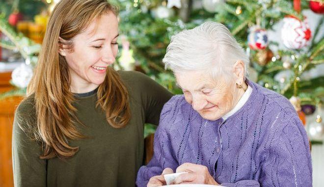 Ηλικιωμένη γυναίκα με νεαρή που την προσέχει.