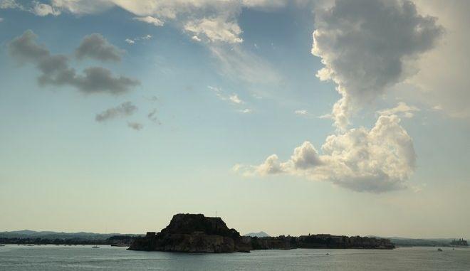 Σύννεφα πάνω απλό το λιμάνι της Κέρκυρας την Δευτέρα 10 Αυγούστου 2015. (EUROKINISSI'ΓΙΩΡΓΟΣ ΚΟΝΤΑΡΙΝΗΣ)