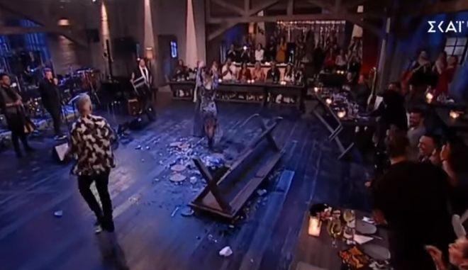 Στην υγειά μας: Ο Ρόκκος έριχνε τραπέζια, η Πάολα κι η Ασλανίδου χόρευαν τσιφτετέλι ατάραχες