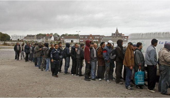 Η γαλλική αστυνομία συλλαμβάνει  παράνομους μετανάστες σε θάμνους κοντά στο λιμάνι της Μάγχης
