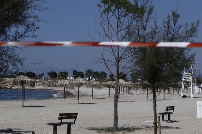 Εργασίες απορρύπανσης σε παραλία της Γλυφάδας που μολύνθηκε από την πετρελαιοκηλίδα από την βύθιση του δεξαμενόπλοιου