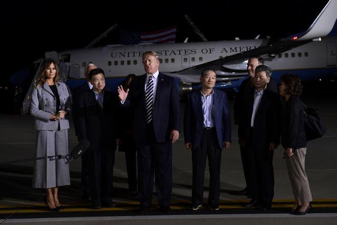 Ο Ντόναλντ και η Μελάνια Τραμπ μαζί με τους 3 Αμερικανούς που απελευθέρωσε η Β.Κορέα