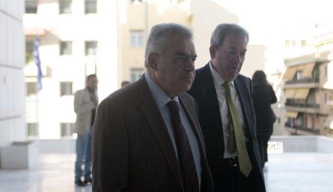 """O πρώην υπουργός Τάσος Μαντέλης προσέρχεται στο Εφετείο για να απολογηθεί για την υπόθεση των """"μαύρων ταμείων"""" της Siemens"""