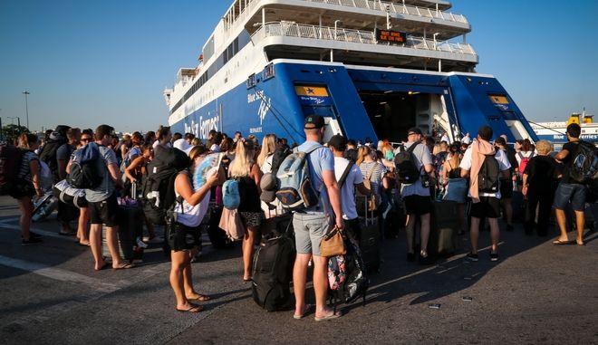 Αυξημένη κίνηση στο Λιμάνι του Πειραιά, στα τέλη του Ιουλίου