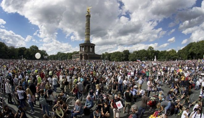 Μαζική διαδήλωση κατά των μέτρων για τον κορονοϊό στο Βερολίνο