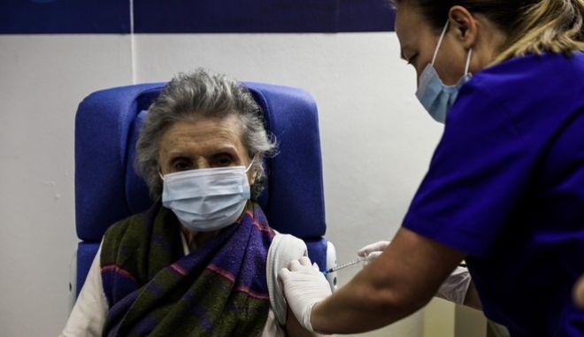 """Γυναίκα εμβολιάζεται με την πρώτη δόση του εμβολίου κατά του κορονοϊού στο νοσοκομείο """"Ευαγγελισμός"""" το Σάββατο 16 Ιανουαρίου 2021, στα πλαίσια του εμβολιασμού των ατόμων άνω των 85 ετών."""
