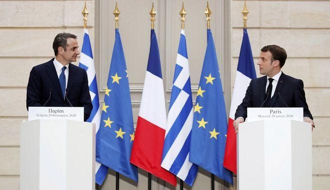 Ο Κυριάκος Μητσοτάκης και ο Εμανουέλ Μακρόν κατά τις κοινές τους δηλώσεις στο Παρίσι