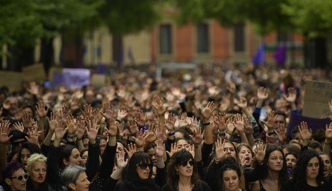 """Οργή στην Ισπανία για την αθώωση της """"Αγέλης των Λύκων"""" που βίασε έφηβη"""