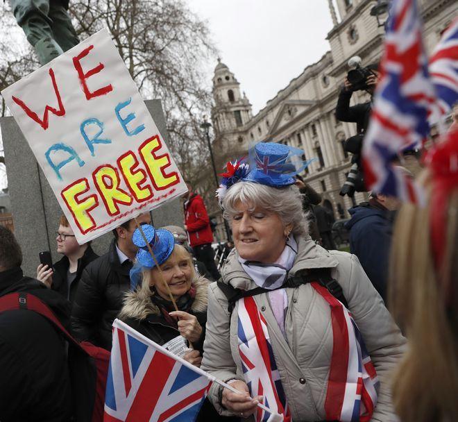 Κόσμος γιορτάζει στο Λονδίνο το Brexit