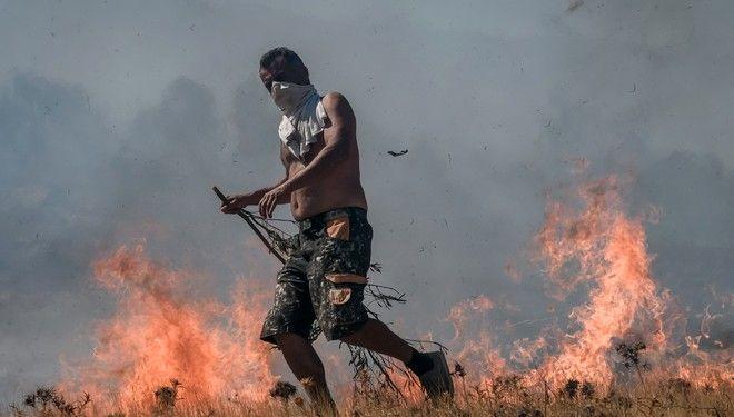 Στιγμιότυπο από την φωτιά στην περιοχή Μαρκάτι Κερατέας.