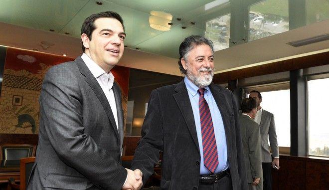 Ο πρωθυπουργός Αλέξης Τσίπρας με τον υπουργό Προστασίας του Πολίτη Γιάννη Πανούση κατα την συνάντηση τους, στο υπουργείο την Δευτέρα 20 Απριλίου 2015. (ΓΡΑΦΕΙΟ ΤΥΠΟΥ ΠΡΩΘΥΠΟΥΡΓΟΥ/ANDREA BONETTI/EUROKINISSI)