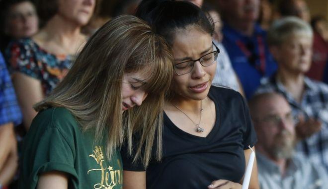 Μαθήτριες λυκείου θρηνούν για τον άδικο χαμό της φίλης τους Leila Hernandez.