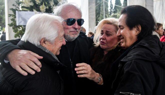 Μπ. Αργυράκη, Πασχάλης, Ρ. Γουίλιαμς, στην κηδεία της Μ. Τόλη