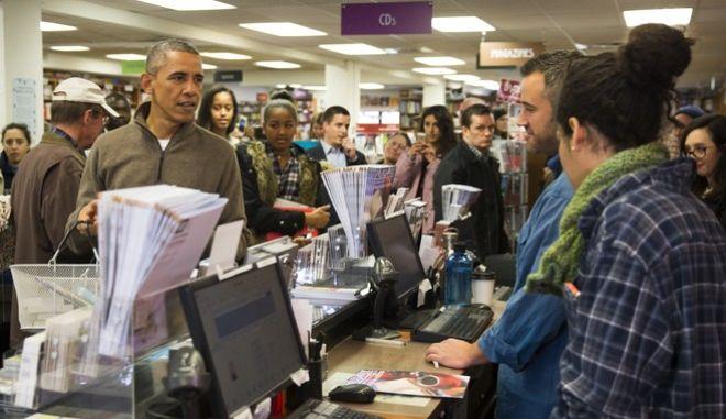 Ο Ομπάμα κατά την παλαιότερη επίσκεψή του σε βιβλιοπωλείο