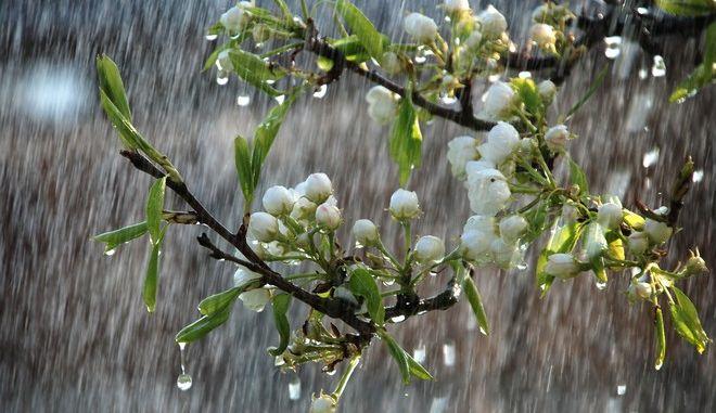 Νεφώσεις με τοπικές βροχές ο καιρός