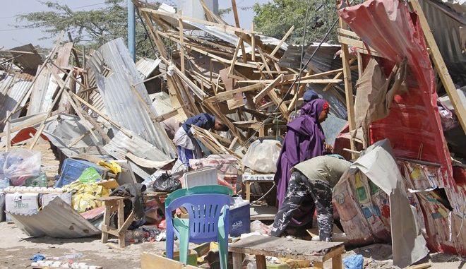Περιοχή που επλήγη από την έκρηξη του παγιδευμένου αυτοκινήτου στο Μογκαντίσου