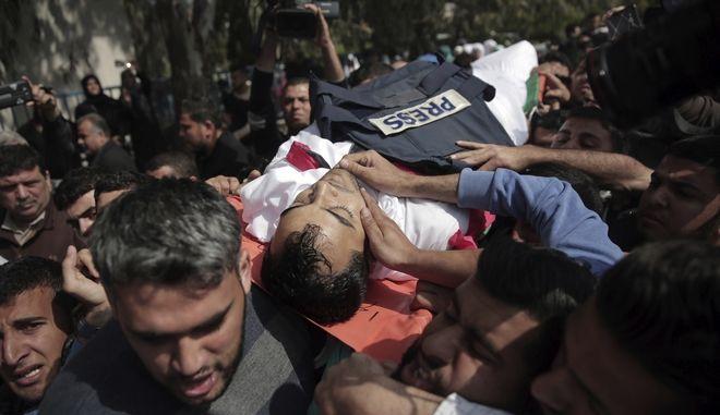 Θρήνος στην κηδεία κάμεραμαν ο οποίος σκοτώθηκε την περασμένη Παρασκευή από ισραηλινούς στρατιώτες, ενώ κάλυπτε διαδήλωση στα σύνορα της Λωρίδας της Γάζας με το Ισραήλ