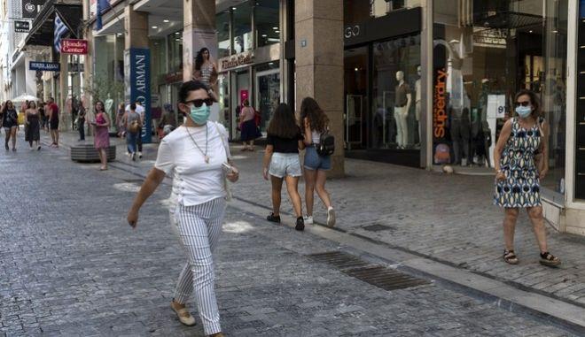 Κόσμος με μάσκες στην Ερμού, για την προστασία από τον νέο κορονοϊό