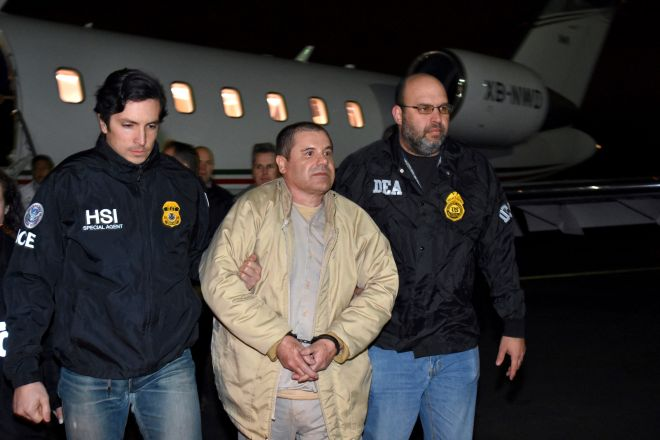 Aστυνομικοί συνοδεύουν τον 'Chapo', κατά την έκδοση του στις ΗΠΑ, το 2017.