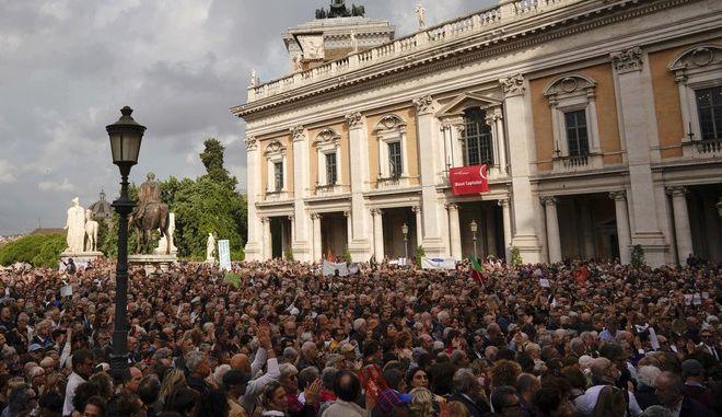 Διαδηλωτές μπροστά από το δημαρχείο της Ρώμης