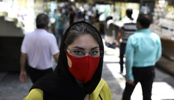 Γυναίκα με μάσκα στο Ιράν