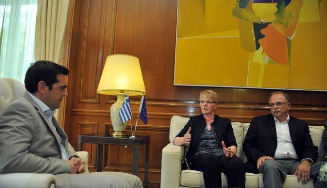 Ο πρωθυπουργός Αλέξης Τσίπρας στο Μέγαρο Μαξίμου στην συνάντηση με το προεδρείο της Ευρωομάδας της Αριστεράς GUE/NGL την τρίτη 2 Ιουνίου 2015. Στη συνάντηση συμμετείχαν ο πρόεδρος GUE/NGL Gabriele Zimmer,  οι αντιπρόεδροι  GUE/NGL Neoklis Sylikiotis και Malin Bjork, η γενική γραμματέας Maria D' Alimonte  και ο αντιπρόεδρος του Ευρωπαϊκού Κοινοβουλίου Δημήτρης Παπαδημούλης. (EUROKINISSI/ΤΑΤΙΑΝΑ ΜΠΟΛΑΡΗ)