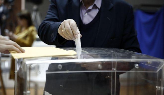 Ψηφοφόρος ρίχνει τον φάκελο στην κάλπη, Φωτογραφία Αρχείου