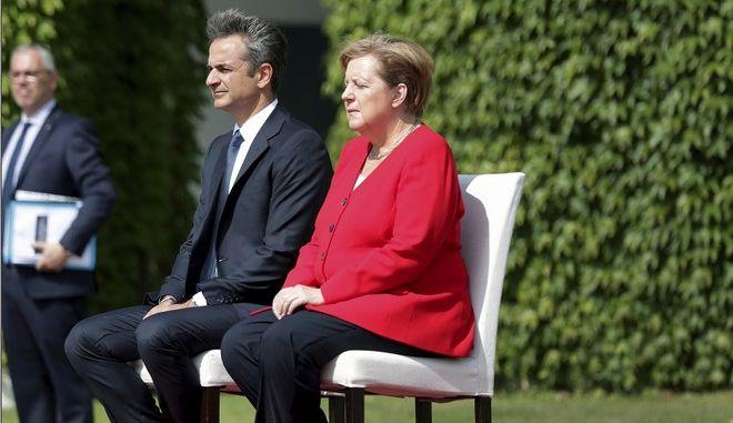 Καθιστοί στην ανάκρουση των εθνικών ύμνων Μέρκελ και Μητσοτάκης